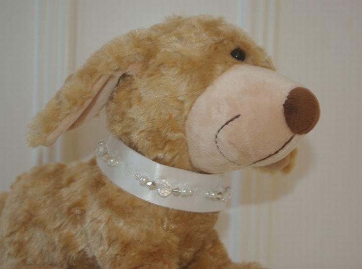 Nu, bij Corrie's bruidskindermode ook trouwaccessoires voor de hond. Kijk op bruidskindermode.nl voor feestelijke hondenkraagjes, halsbanden en ringenkussentjes voor aan de halsband. Hond op je bruiloft, hondje brengt de ringen, ringenkussentje, ringendrager.