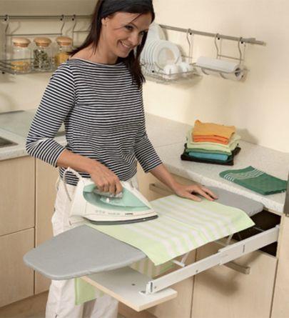 Planche à repasser derrière façade de tiroir