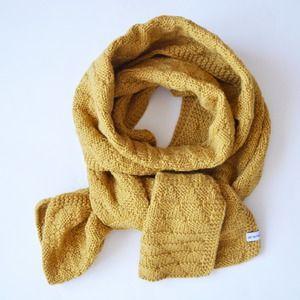 a50804a6f05 Grande écharpe couleur jaune moutarde tricotée main en laine et alpaga