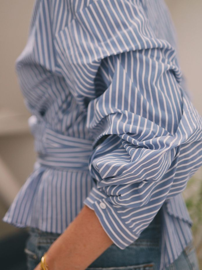 BLÅSTRIPET, PUFFERMER OG GULLSMYKKER Ett plagg du alltid finner utallige versjoner av i klesskapet mitt er skjorter! Jeg elsker skjorter og føler meg alltid fin og fresh når jeg har de på. Jeg bruker det til hverdags og jeg bruker det til fest. Den hvite skjortener en klassikermen i det siste har detsneket seg inn