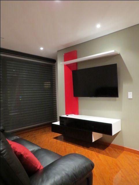 Centro de entretenimiento con tablero vertical y doble consola de equipos