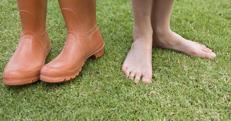 Como tratar calcanhares secos e rachados. Calcanhares secos e rachados podem ser dolorosos. Você pode sentir com se estivesse escondendo os pés, mesmo em um dia quente o suficiente para usar sandálias. Não se preocupe, existem algumas coisas simples que você pode fazer para deixar seus calcanhares macios e saudáveis.