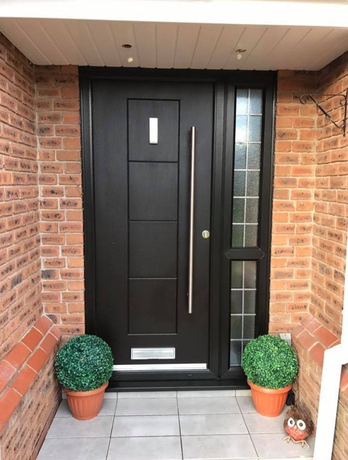 A black Dakota fitted with bar handle and rectangle knocker to add a contemporary touch.  #Contemporary #Rockdoor #CompositeDoor #Dakota