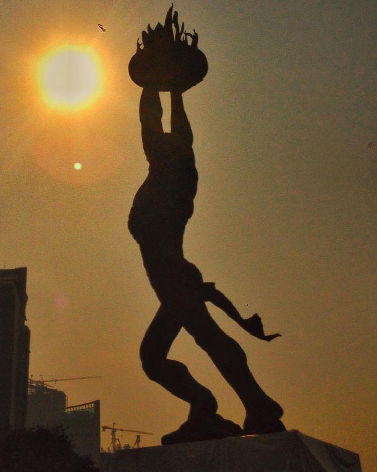 #goodmorning #sunrise #morning #silhouette #statue #monument #monumen #senayan #jakarta #indonesia #yellow #selamatpagi
