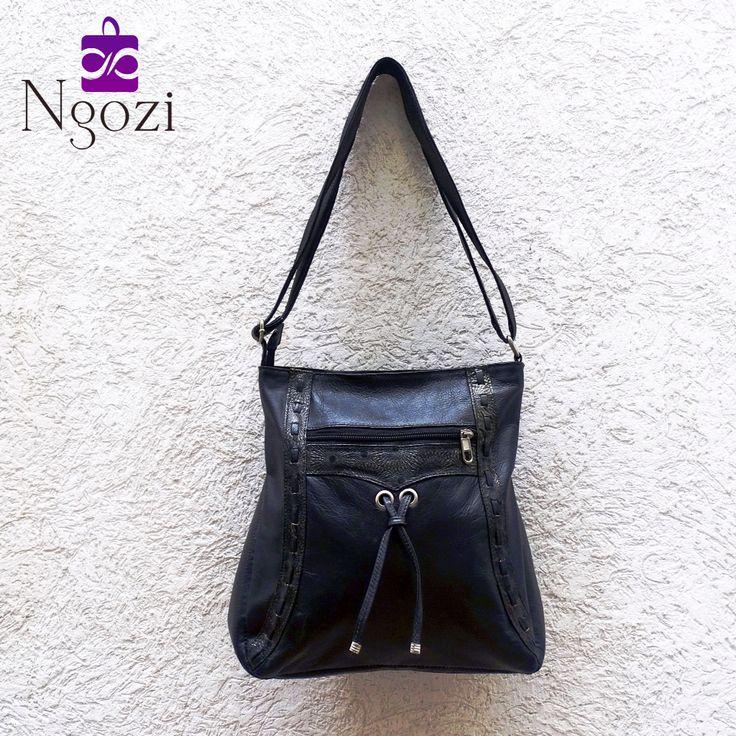 #1002 - Bolso Cuero Negro / Tamaño: 25cm x 28cm / Descripción: 1 bolsillo interno, 2 bolsillos externos, manos libres.