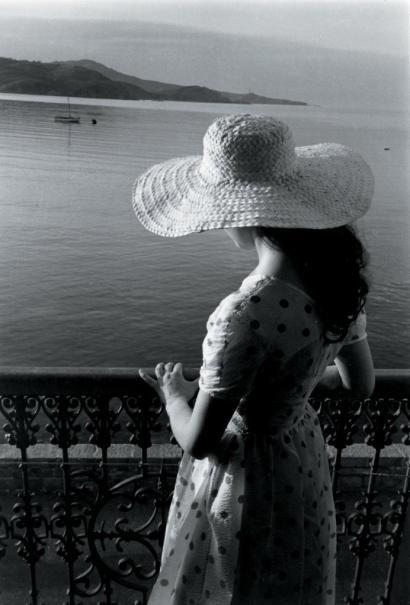 Edouard Boubat - Jeune femme au chapeau