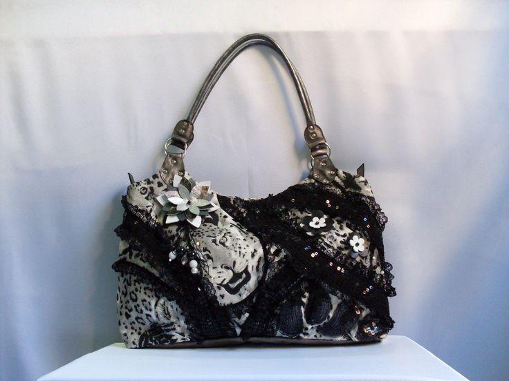 Borse in tessuto leopardo ricamato con perle, pizzo, fiore e manica in pelle.