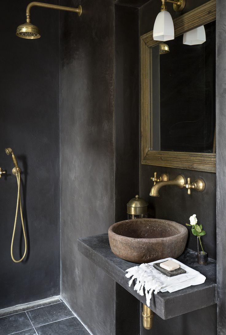 Vasque ancienne en pierre naturelle Crédit Martine Fallon