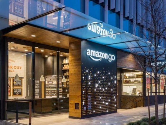 店舗革命!商品を持って出るだけで支払いが完了する「Amazon Go」 #IoT #AmazonGo #Amazon #America #Seattle #画像認識 #conveniencestore #最先端 #QRコード #camera あらゆるモノをネットにつなげる「Internet of Things」(IoT)を毎日考えている妄想ダイスキOKstyleです。 小売業界に店舗革命を起こす「Amazon Go(アマゾン・ゴー)」 2018年1月22日、アメリカシアトルでレジのない無人コンビニエンスストア「Amazon Go(アマゾン・ゴー)」を一般むけに開業しました。 「Amazon Go」は、IoTでも中核となる画像認識技術などをフル活用した最先端のコンビニです。 開業初日は、最先端の無人コンビニをいち早く体験しようと、昼どきには周辺のオフィスで働く人らでにぎわいました。100人ほど並んだようですが、それでも待ち時間は10〜15分ほどしかかからなかったようです! 店舗を初体験した人たちからは、「忙しい人に最適」「クールだ」と驚きの声が上がったようです。 Amazon…