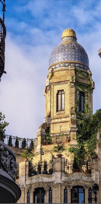 en el nº 11 c/v 11 y a la Calle del Caballero de Gracia, 24  sede comercial de la Casa Dos Portugueses se construyó entre 1920 y 1922