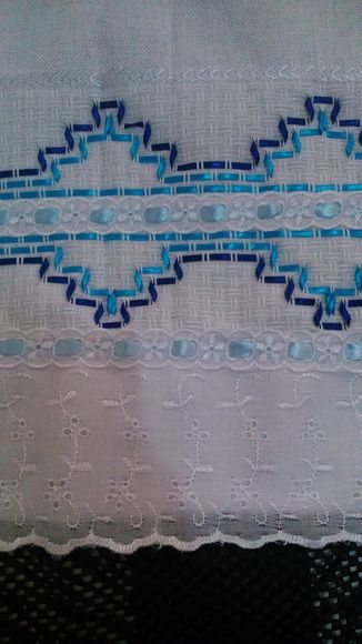 Pano de copa bordado em vagonite com detalhes em fita e bordado inglês.  Medidas aproximadas: 70x44cm. R$ 20,00