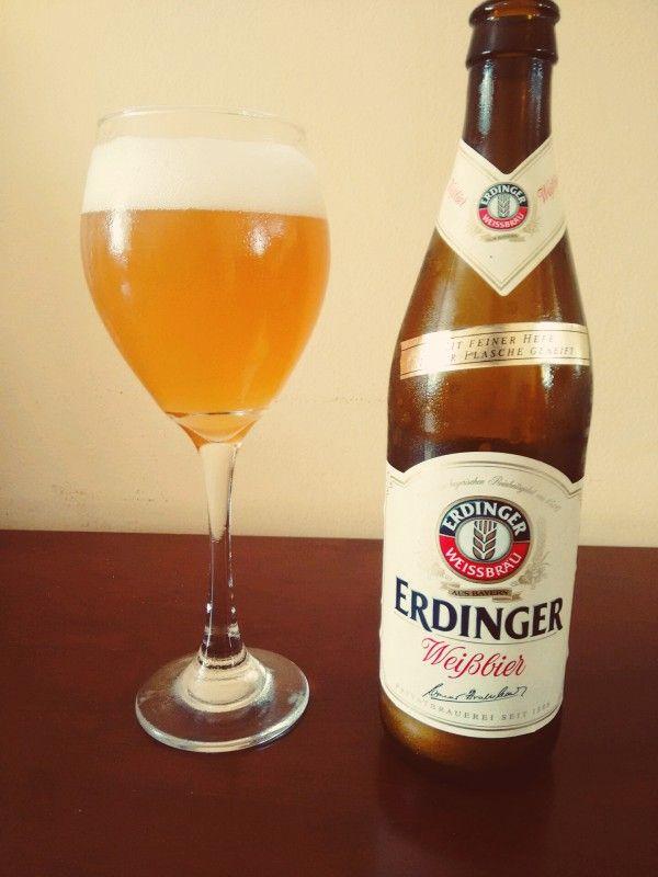 Cerveja Erdinger Weissbier, estilo German Weizen, produzida por Erdinger Weissbräu, Alemanha. 5.3% ABV de álcool.