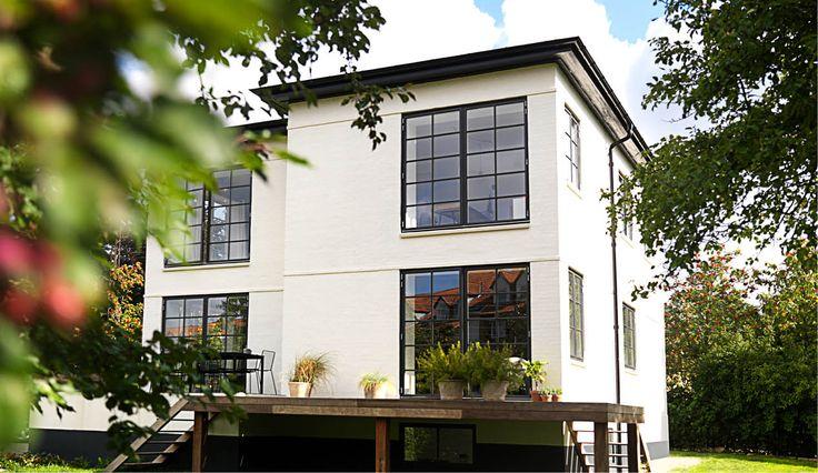 Hvis du synes, at vinduespartierne ud mod haven er smukke, så glæd dig til at se huset indeni...