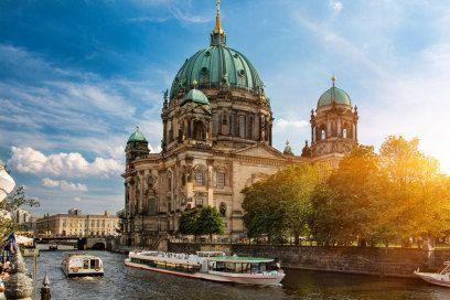 BERLINER DOM  Die größte Kirche Berlins bietet nicht nur im Inneren einen faszinierenden Anblick. Auch der Kuppelrundgang in etwa 50 Metern Höhe bietet – vor allem durch die Lage im Zentrum der Stadt – tolle Ausblicke in alle Himmelsrichtungen: In unmittelbarer Umgebung liegen der Alexanderplatz mit dem Fernsehturm, das Rote Rathaus, die Spree und die Museumsinsel sowie der Lustgarten. Und in ein paar Jahren, so jedenfalls der Plan, wird auch das wiedererrichtete Stadtschloss hinzukommen. 7…