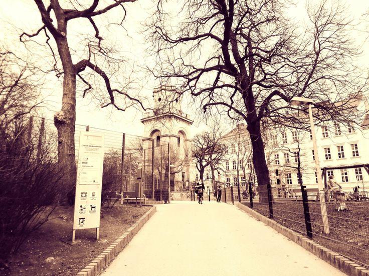 Mire képes egy kis darab csoki… Tegnap délután Bécsnek egy olyan kerületében jártam, ahová turista még csak véletlenül sem vetődik el; egy üzletben akadt dolgom. Utam egy játszótér mellett ve…