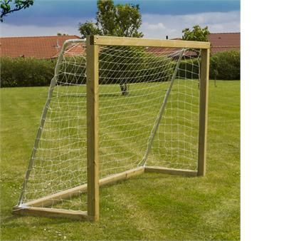 Lær dine børn at score nogle flotte mål med et fodboldmål fra PLUS. Fodboldmålet er både velegnet til store og små haver.