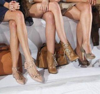 Dans la longueur invraisemblable de ses jambes ou dans sa chevelure très blonde, c'est tout l'American way of life qui se loge ! Barbie, depuis 1959 et malgré ses airs très US, abrite un symbolisme universel en évolution permanente. Représentation féminine idéale de son temps, elle ne cesse de se métamorphoser et de questionner les clichés de son époque.Réservez dès maintenant votre séjour #glamour et #fashion à Paris : www.hoteloriginal-paris.com