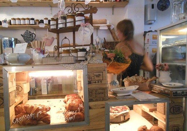 de-laatste-kruimel- Als je geluk hebt kun je bij mooi weer op het kleine terrasje aan de gracht zitten en van het weer genieten. Het interieur is leuk om te zien en is gemaakt van kratjes en pallets. Gemixt met romantisch bloemetjes behang. Je kunt ook lunch of koffie afhalen bij De Laatste Kruimel Amsterdam! Dit lunch tentje is een aanrader als je aan het shoppen bent in het centrum van Amsterdam en toe bent aan iets lekkers. Ontbijt of lunch op de Wallen