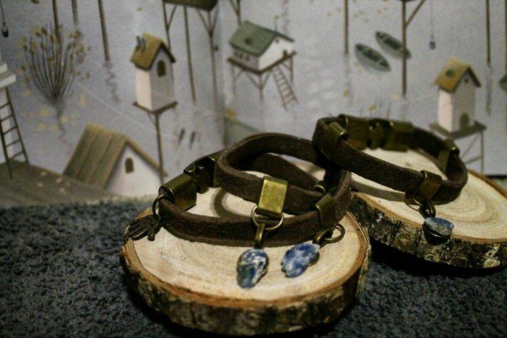 Достаточно толстые браслеты из Кожи и с камнями Кианита. Темно-коричневая замша сложенная в два слоя и на ней металлическая фурнитура цвета античное золото и подвески-камни. 🌾В наличии два браслета: в один и в два оборота, длина соответственно- 17,5см и 30,5 см 🌾Цена: 500р. - одинарный, 800р.- двойной