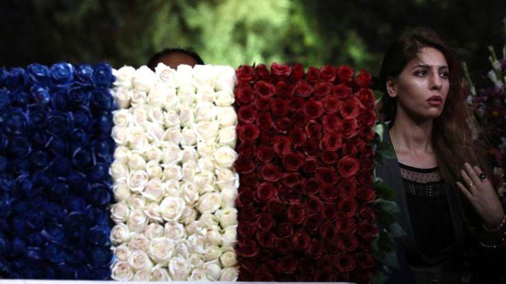 En hommage aux victimes de l'attentat de Nice, une jeune femme a confectionné un drapeau français avec des fleurs, à Erbil, capitale de la région autonome du Kurdistan, région fédérale autonome du nord de l'Irak.