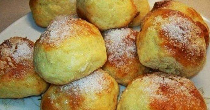 Postup: 1) Umixujeme vejce, cukr, vanilku a sůl. Smícháme s tvarohem. 2) Přidáme mouku a prášek do pečiva. Přimícháme do těsta. 3) Plech si vyložíme pečícím papírem. 4) Namočíme si ruce a z těsta si vytvoříme malé koláčky. Dáme si je na plech a pečeme 12 minut na 190 stupňů. 5) Nyní si pomažeme naše …