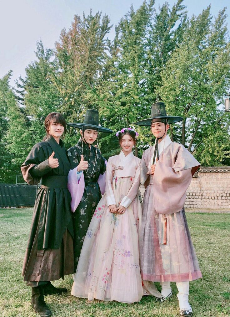 In love with the hanbok.. 😍