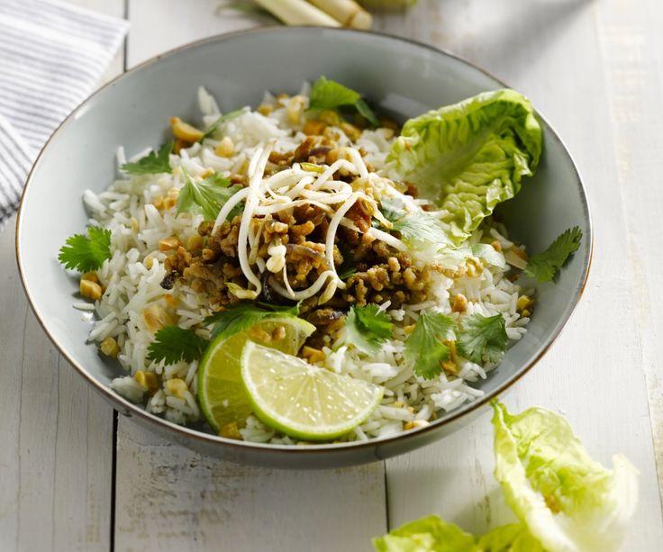 La cucina thailandese non è soltanto conosciuta per i curry piccanti e gli spaghetti di riso Pad Thai, ma anche per le insalate fresche e speziate come questa con carne di maiale e citronella. E la buona notizia è che potete mettere questo piatto sano a tavola in meno di 20 minuti! Buon appetito!