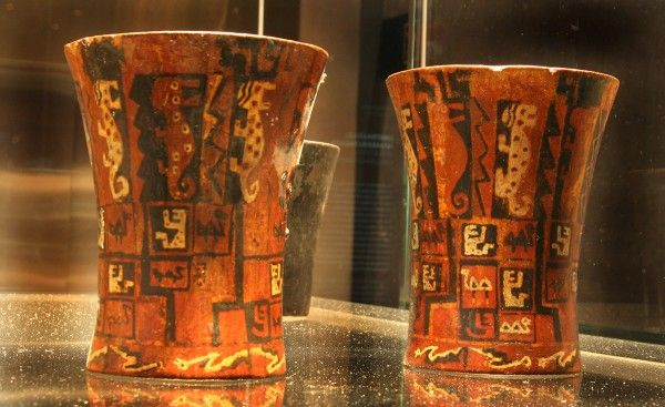 Vasos de madera policromada. Kero. Inka (Arica). Donación Santa Cruz-Yaconi, 1799, 1800