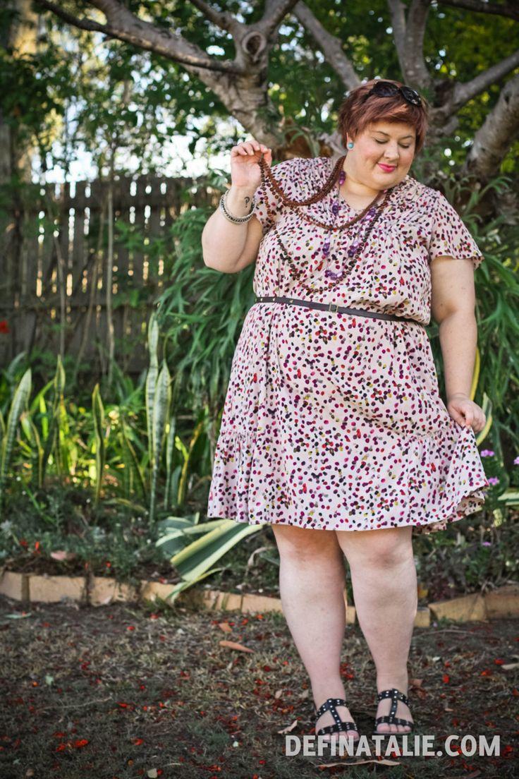 """deathfatties: """"Имидж - наряд фото Натали, который бледное кожурой и жир с короткими рыжими волосами носить носить платье с рисунком сиреневый / фиолетовый / крем / оливковое точка, много коричневых бусы, и тонкий пояс с черным сандалии.  Я..."""