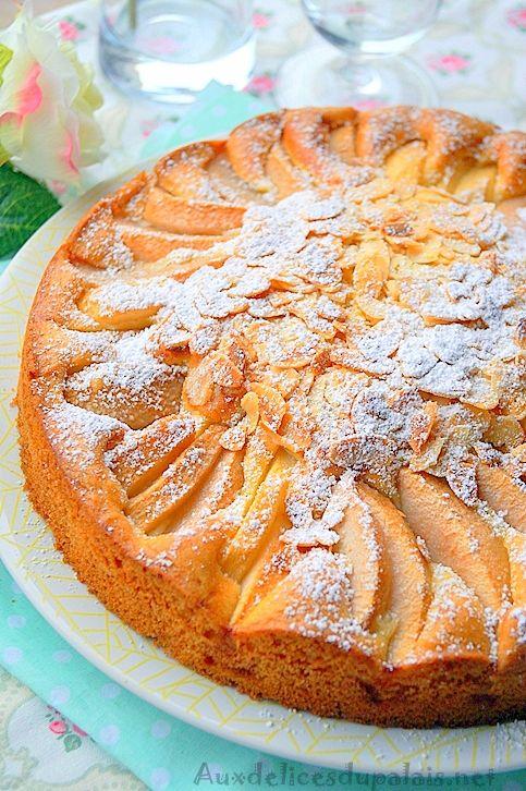 Gâteau moelleux aux poires facile et rapide Ingrédients: 200 g de sucre 200 g de beurre mou 2 paquets de sucre vanillé 4 oeufs 1 paquet de levure chimique (11g) 300 g de farine 1 pincée de sel 3 à 4 poires Une bonne poignée d'amandes effilées