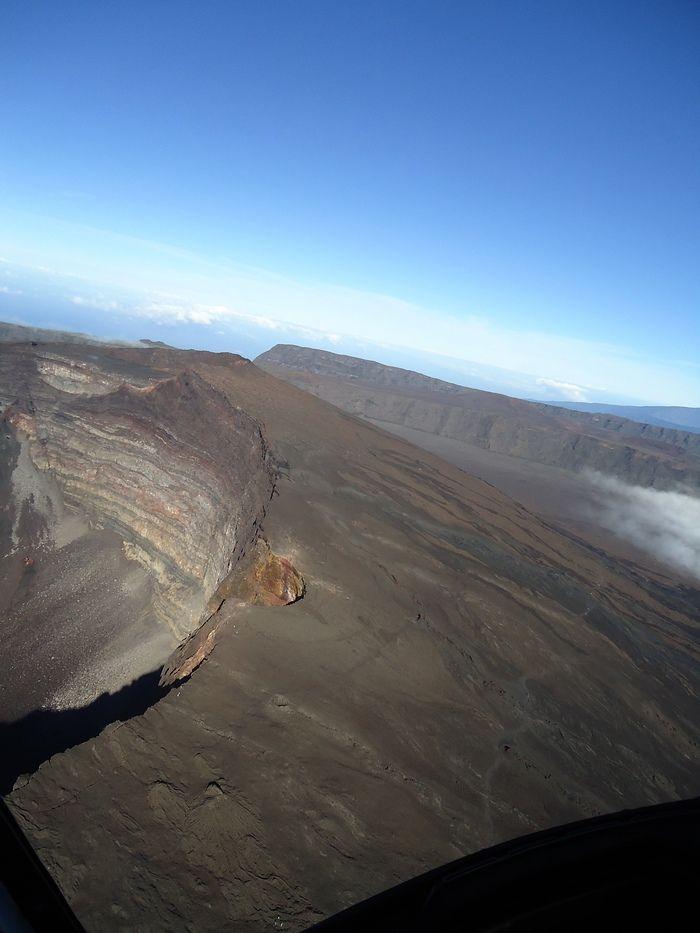 Survol en hélicoptère du cratère du volcan sur l'île de la Réunion