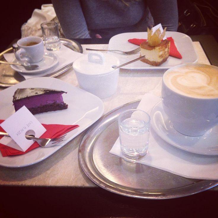Dopoledne u Placzka je taková moderní verze Snídaně u Tiffanyho #cafeplaczek #brno #cafe #coffee #latte #latteart #cake #pie #cheesecake #blueberry #caramel #espresso #saturday #morning #weekend #friends