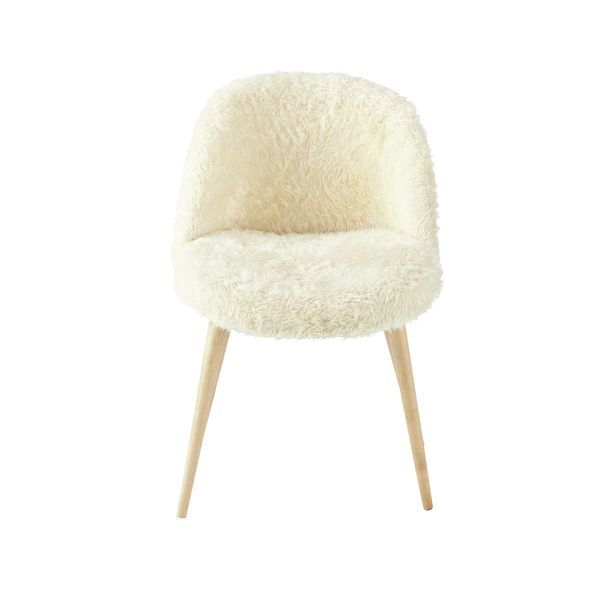 Cette chaise vintage style années 50, recouverte de fausse fourrure apporte de la chaleur dans votre intérieur, elle s'adapte parfaitement pour créer une déco de style scandinave http://www.decoration.com/chaise-fausse-fourrure-vintage-maison-du-monde,fr,4,MDM138916.cfm