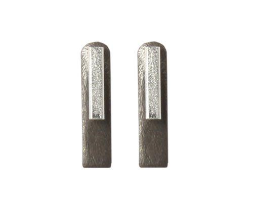 Ørestiks med stave Til disse ørestiks skal der bruges følgende materialer:  1 par ørestik med firkantet stav, sterling sølv 2 stk. børstet firkant 18x4mm, sort messing