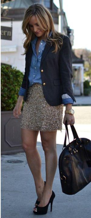 Un look muy elegante! Falda de lentejuelas doradas, camisa de jeans, blazer negro con botones dorados, bolso y zapatos negros.
