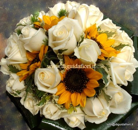 Bouquet da sposa con rose vendela e mini girasoli