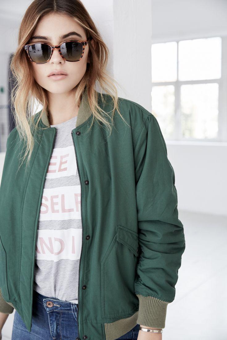 Die grüne Bomberjacke kombiniert zu Jeans und Chelsea-Boots zaubert einen urbanen Chic. @aboutyoude Idol Stefanie Giesinger zeigt diesen und weitere Looks in Ihrem Shop auf www.aboutyou.de/stefanie-giesinger