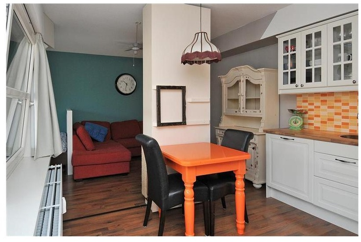 Woonkamer met open keuken. De woonkamer is volledig afgewerkt met een fraaie laminaatvloer.