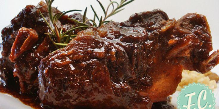 Το αγριογούρουνο είναι ένα «ιδιότροπο» κρέας, θέλει αργό μαγείρεμα, δεν χρειάζεται μεγάλη ποσότητα λιπαρής ουσίας γιατί έχει αρκετή από μόνο του, αρκετά μπαχαρικά και μυρωδικά και οπωσδήποτε αλκοόλ! Αν επιλέξετε λοιπόν να μαγειρέψετε αγριογούρουνο, σε κατσαρόλα, αυτή είναι η ιδανικότερη συνταγή για να το μαγειρέψετε!