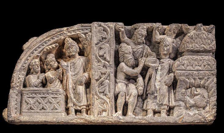 Bas-relief en schiste comportant deux scènes séparées par un pilier orné de motifs végétaux. A gauche, « l'hymne du Naga Kalika et de sa femme ». 17.5 x 36 cm. GANDHARA (Ier – Vème siècle) Collection Amory