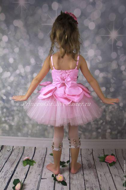 Купить или заказать Костюм для девочки Цветок в интернет-магазине на Ярмарке Мастеров. Прелестный наряд нежно-розового цветочка состоит из платья и 'шляпки'-цветка. Каждый лепесток может принимать желаемую форму. Объем регулируется шнуровкой и поясом. Все аксессуары съемные, что позволяет носить этот наряд и как обычное нежно-розовое платьице с пышной юбочкой. Запрещается копирование, распространение (в том числе путем копирования на другие сайты и ресурсы в Интернете) или любое…