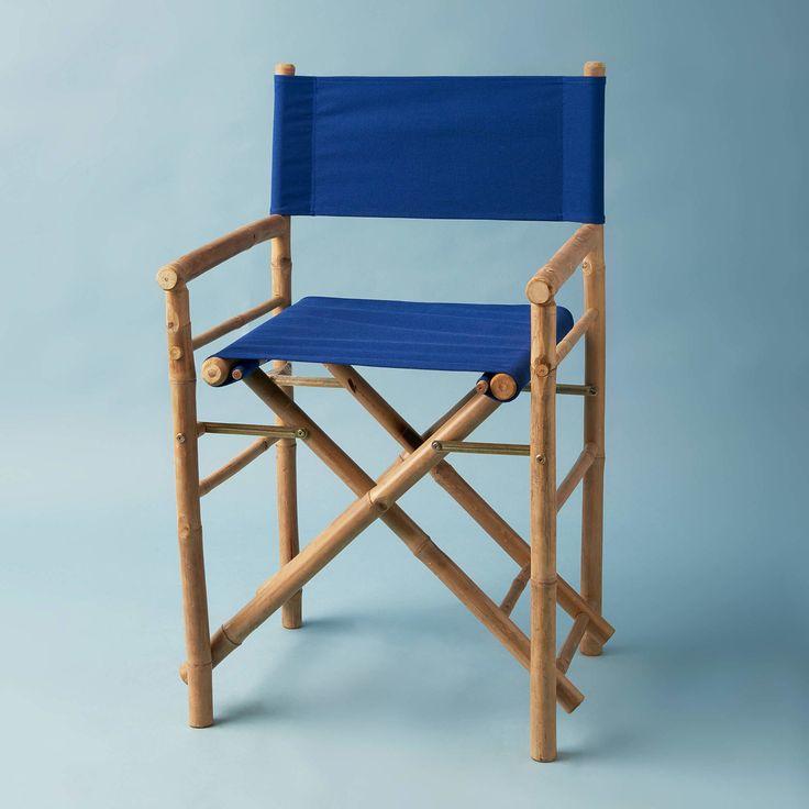 Der Bollywood-Regiestuhl ist ein Klassiker in Neufassung. Denn seine Form ist typisch, sein Gestell jedoch aus Bambus gefertigt. Sitz und Rückenlehne in Dunkelblau wiederum greifen auf bewährte Baumwolle zurück. Für den Innenbereich ist dieser Regiestuhl eine erstklassige Besetzung, für den Einsatz im Freien muss man wissen: Bambus verträgt keinen Frost und der Stoff ist nicht wasserabweisend. Die Rückenlehne lässt sich abnehmen und wenden. In weiteren Farben erhältlich.