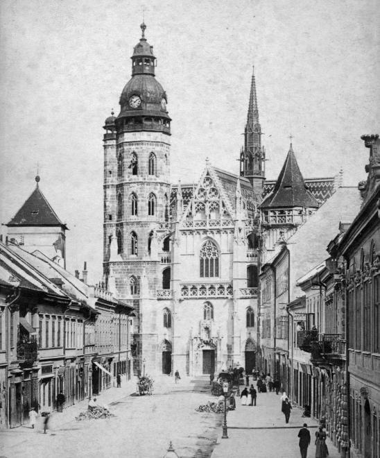 Alzbetina ulica (Deák Ferenc, egykor Forgács utca), szemben a Szent Erzsébet-főszékesegyház (Dóm).