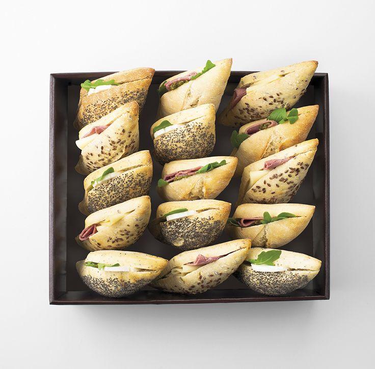 MINI SANDWICHS 15 mini sandwichs pour 5-6 personne - jambon et Comté AOP - fromage de chèvre et miel - carpaccio de bœuf et pesto