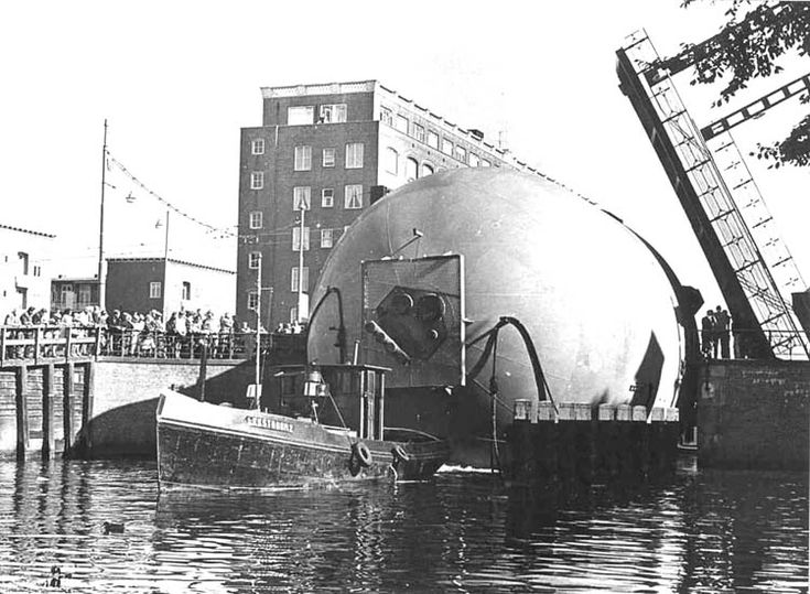 1966. A tank (butane gas boiler) of Shell on route from the NDSM to Pernis got stuck at the Wiegbrug over the Kostverlorenkade in Amsterdam. Photo Foto: Dienst Openbare Werken Amsterdam. #amsterdam #1966 #Wiegbrug #Kostverlorenkade