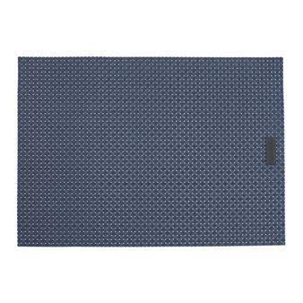 Duka bordet med den klassiska rutiga bordstabletten från Ørskov. Bordstabletten är tillverkad i vinyl och har en stilren design som passar ypperligt på de flesta bord. Matcha den tillsammans med andra fina inredningsdetaljer från Øoreskov för att skapa en enhetlig stil! Välj mellan olika färger.