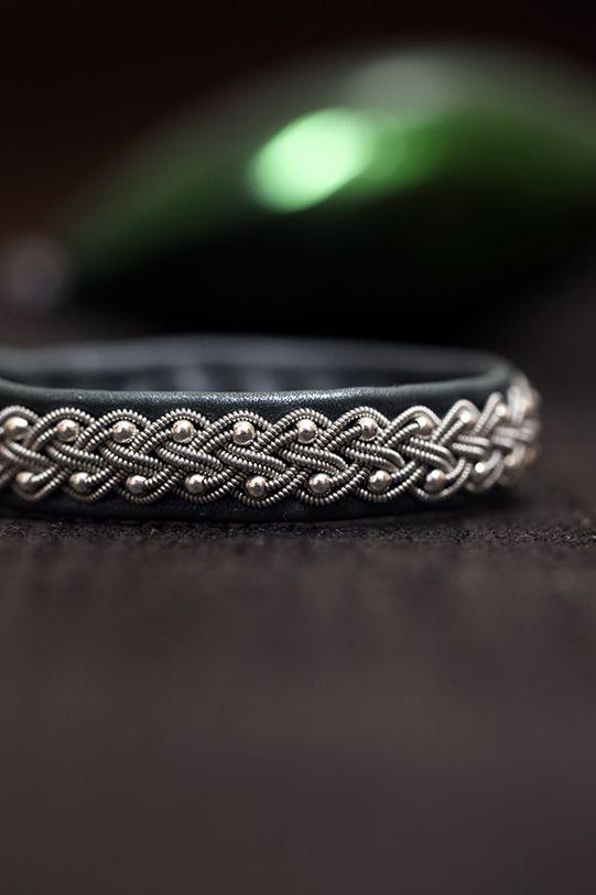 Lindas armband: Skogsgrönt mellanbrett tennarmband med silverpärlo...