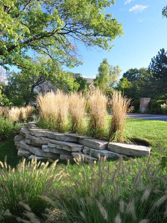 trockenmauer bepflanzt-Natursteinmauer aus unterschiedlichen Fundstücken