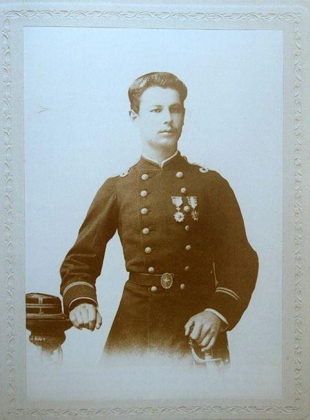 Arturo Benavides Santos (1864-1937), A los 14 años se enrola en el Batallón Lautaro, a los 15 años asciende a Sargento 2° y lucha de Tacna y por su valentía es ascendido a Subteniente. Participa en el combate de Tarma-Tambo en la sierra peruana, con sólo 17 años al mando de su compañía de 80 hombres resiste el ataque de 130 soldados y más de 1.000 indios. Participa en la guerra civil de 1891, recibe un balazo y se le amputa una pierna.