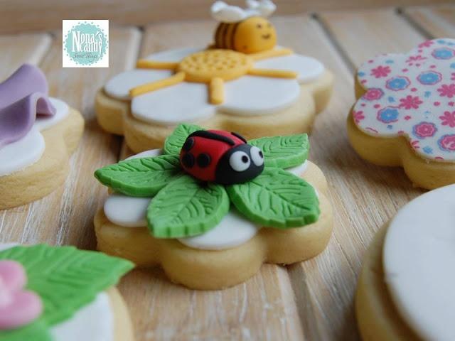 NONA'S Candy: Mariquita de fondant sobre hojas en flor de galleta de mantequilla